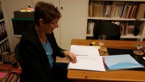 Kerstin Hensel vertieft in die Lektüre