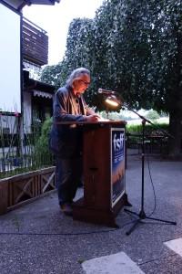 Friedrich Ani liest im Biergarten des Gasthofs Schuster am Freitag, 31.07.2015. Foto: DAS GEDICHT