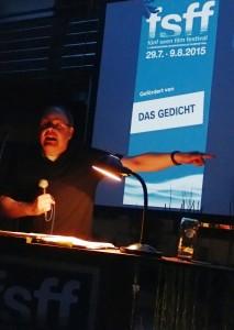 Georg »Grög!« Eggers bei der Lesung am Samstag, 08.08.2015, im Biergarten des Gasthof Schuster. Foto: DAS GEDICHT