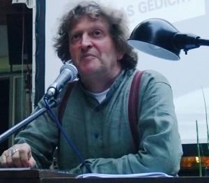 Anton G. Leitner bei der Lesung am Samstag, 08.08.2015, im Biergarten des Gasthof Schuster. Foto: DAS GEDICHT