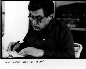José Emilio Pacheco – Portrait mit der Handschrift des mexikanischen Dichters (»Sólo nosotros somos el pasado.« – Nur wir sind die Vergangenheit.). (Foto: Enrique Hernández-D'Jesús)