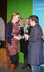 Katja John nimmt den Sonderpreis entgegen. Foto: Michèle Kirner-Bernoulli