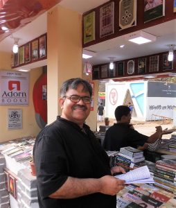 Looking for new poetry at the stall of Adorn Books during the International Bangladesh Book Fair 2017 (Photos: Aminur Rahman, Dhaka, and Edition Delta, Stuttgart)