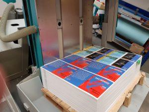 DAS GEDICHT 25: Wendemaschine mit den Umschlägen beim Andruck in Deiningen. Foto: DAS GEDICHT