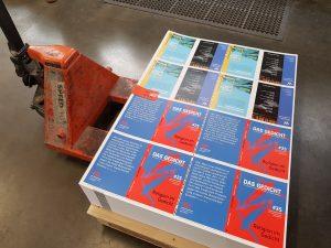 Frisch gedruckte Umschläge von DAS GEDICHT 25. Foto: DAS GEDICHT