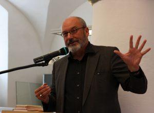 Norbert Göttler, Autor und Bezirksheimatpfleger, begrüßt die Teilnehmer des Lyrikcolloquiums anlässlich des Jubiläums »25 Jahre DAS GEDICHT.« Foto: Jan-Eike Hornauer