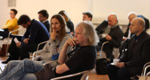 Blick in die Zuhörerschaft während des Vortrags. Interessiert und aufmerksam lauschen und diskutieren die Poetinnen und Poeten neun Stunden lang. Foto: Jan-Eike Hornauer