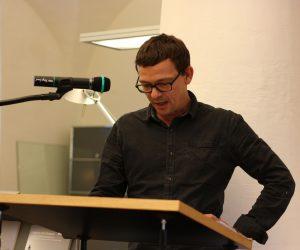 Wie Gedichte zu gestalten sind, darüber klärt Art Director Peter Boerboom auf. Foto: Jan-Eike Hornauer