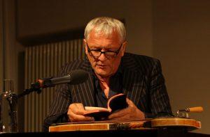 Josef Brustmann liest erst und spielt dann auf seiner Zither – zuletzt elektronisch verzerrt »Highway to Hell« von AC/DC. Foto: Jan-Eike Hornauer