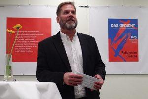 Dirk Wenzel eröffnet den Abend. Foto: Das Gedicht