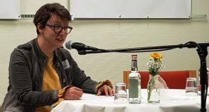 Melanie Arzenheimer moderiert das sechste Duett an. Foto: Das Gedicht
