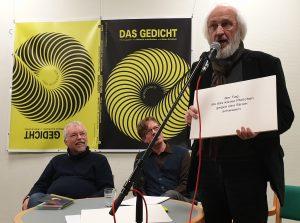 DAS GEDICHT 26-Premiere in Schleswig: Manfred Schlüter performt (1). Foto: DAS GEDICHT
